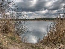 Un lago antes de la tormenta Fotos de archivo libres de regalías