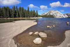 Un lago bajo en un hueco Fotografía de archivo libre de regalías