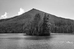 Un lago blanco y negro Abbott de la opinión del invierno y una montaña superior aguda fotos de archivo libres de regalías