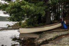 Un lago canada Ontario di due canoe in bianco bianche della canoa dei fiumi ha parcheggiato sull'isola nel parco nazionale del Al Fotografia Stock