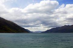 Un lago con la esmeralda colorea el recubrimiento de área extensa de este paisaje Imagen de archivo libre de regalías