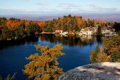 Un lago con la vista di autunno Fotografia Stock