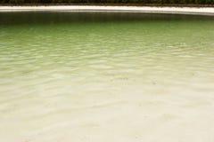 Un lago con le spiagge bianche della sabbia fotografia stock
