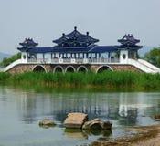 Un lago con un fondo del palacio Imágenes de archivo libres de regalías