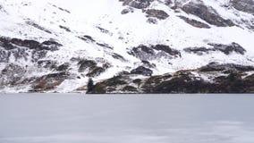 Un lago congelado de la montaña almacen de video