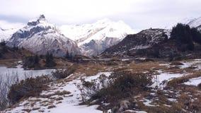 Un lago congelado de la montaña en las montañas suizas metrajes