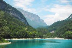 Un lago davanti alla montagna Immagini Stock