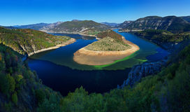 Un lago de la presa. Lago mountain Fotografía de archivo