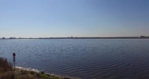 Un lago de sal grande es una fuente de fango terapéutico en Pomorie, Bulgaria almacen de metraje de vídeo