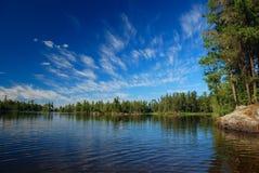 Un lago del yermo y cielos del verano fotografía de archivo