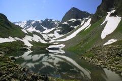 Un lago della montagna un giorno di estate fine Fotografie Stock Libere da Diritti