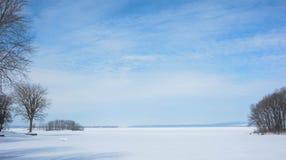 Un lago di due montagne: Inverno Immagine Stock