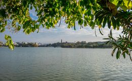 Un lago e un cielo fotografia stock