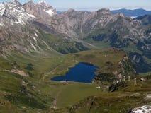 Un lago en la montaña imagenes de archivo