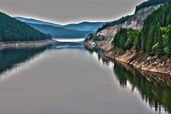 Un lago en las montañas Fotografía de archivo libre de regalías