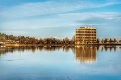 Un lago en Olympia Washington en un día claro de la caída imagenes de archivo