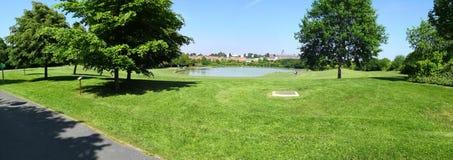 Un lago en un parque fotos de archivo