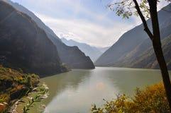 Un lago en un valle en China Imagen de archivo