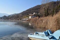 Un lago entero - lago Endine - Bérgamo - Italia totalmente congelados Imagenes de archivo