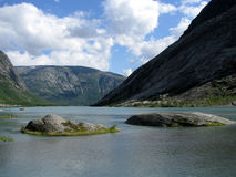 Un lago fra le montagne Immagini Stock
