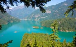 Un lago glacial hermoso en el verano foto de archivo libre de regalías