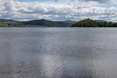 Un lago grande y un pueblo en su orilla Imagen de archivo libre de regalías