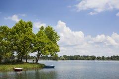 Un lago hermoso fotos de archivo libres de regalías
