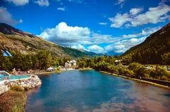 Un lago hermoso en las montañas Imágenes de archivo libres de regalías