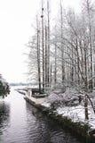 Un lago innevato fotografie stock libere da diritti