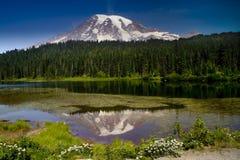 Un lago más lluvioso reflection del montaje Imagen de archivo