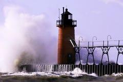 Un lago Michigan y un faro enojados Foto de archivo