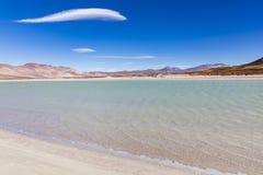 Un lago, montañas, nubes y color en reserva nacional de los flamencos del Los Fotografía de archivo
