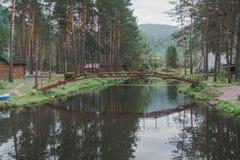 Un lago nelle montagne per l'allevamento della trota Fotografia Stock Libera da Diritti