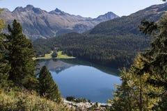 Un lago nelle montagne in Svizzera Immagine Stock Libera da Diritti