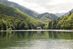 Un lago pittoresco nelle montagne montenegro fotografia stock