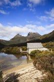 Un lago próximo de la cabina de registro en la montaña Imágenes de archivo libres de regalías