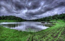 Un lago tank del bacino idrico con erba verde lakeshore fotografia stock
