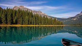 Un lago tranquillo vicino alle montagne stock footage