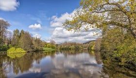 Un lago tranquillo, Worcestershire, Inghilterra Immagini Stock