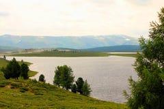 Un lago in una valle della montagna immagini stock