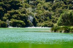 Un lago verde cerca del área del volcán foto de archivo