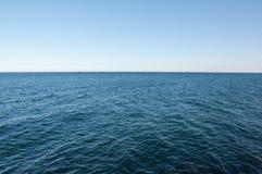 Un lago vicino congelato dei tre mulini a vento Fotografie Stock