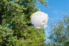 Un lampion accroche haut au-dessus d'un mariage fournissant le beau décor photographie stock libre de droits