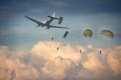 Un lancio con il paracadute di quattro paracadutisti Fotografie Stock Libere da Diritti