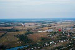 Un landsacape de la visión desde muy arriba - poca ciudad y el horisont Vuelo del globo cesta 1000 metros divertirse, vuelo román Foto de archivo libre de regalías