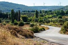 Un lanzamiento anguloso ancho del paisaje de un camino de la montaña - color blanco imagen de archivo