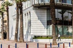 Un lanzamiento de la ciudad de Esmirna/del pavo - hombre que camina foto de archivo libre de regalías