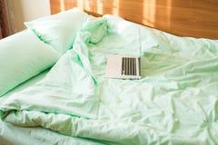 Un lap-top ouvert sur le lit pendant le matin photo libre de droits