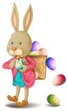 Un lapin avec un bon nombre d'oeufs de pâques Photo libre de droits