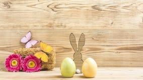 Un lapin de Pâques et deux oeufs de pâques Photos stock